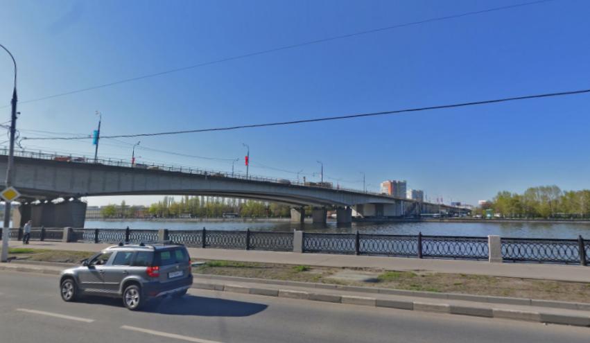Мужчина прыгнул вМоскву-реку заключами