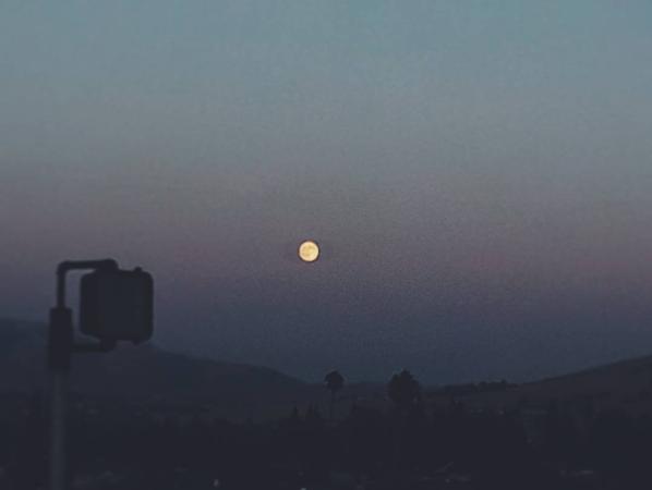 Фото яркой полной луны делятся в сети пользователи. Фото соцсети
