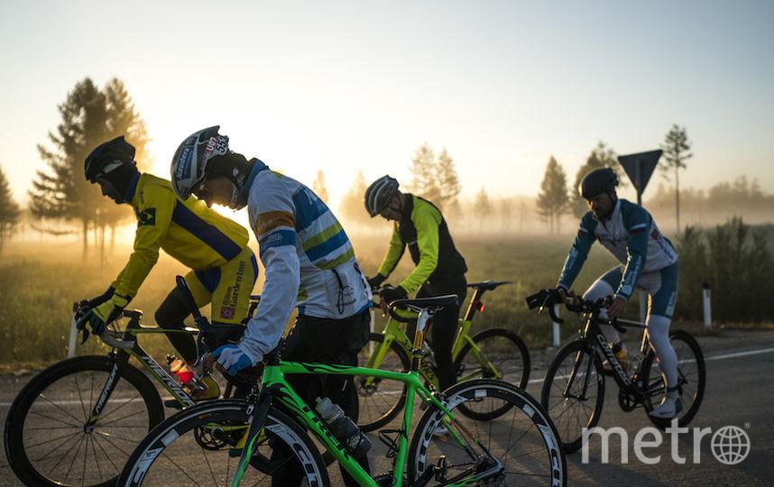 Четверо велосипедистов вышли на старт самого длинного этапа, но доехали до его финиша только трое. Фото redbullcontentpool.com