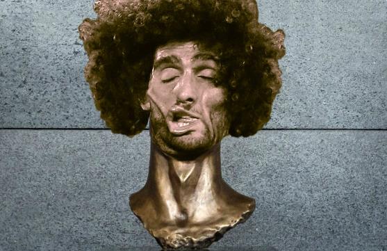 Гримасу Феллайни скрестили с нелепым памятником Роналду. Фото instagram.com/plantiedits