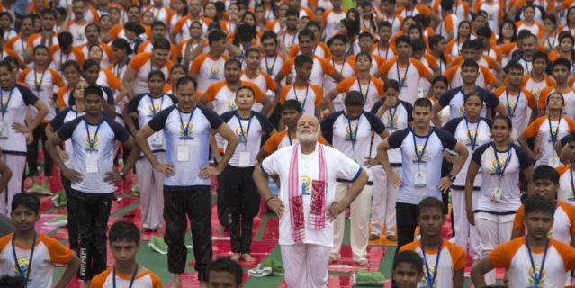 Премьер-министр Индии Нарендра Моди является активным пропагандистом йоги. Именно по инициативе Моди ООН объявила День йоги международным праздником. Ежегодно сотни тысяч человек во всём мире собираются вместе 21 июня, чтобы отметить этот день. На фото – премьер-министр Индии во время Дня йоги в индийском городе Лакнау.