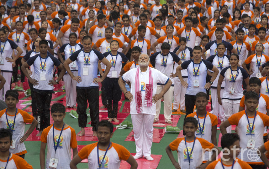 Премьер-министр Индии Нарендра Моди является активным пропагандистом йоги. Именно по инициативе Моди ООН объявила День йоги международным праздником. Ежегодно сотни тысяч человек во всём мире собираются вместе 21 июня, чтобы отметить этот день. На фото – премьер-министр Индии во время Дня йоги в индийском городе Лакнау. Фото  AP | TASS