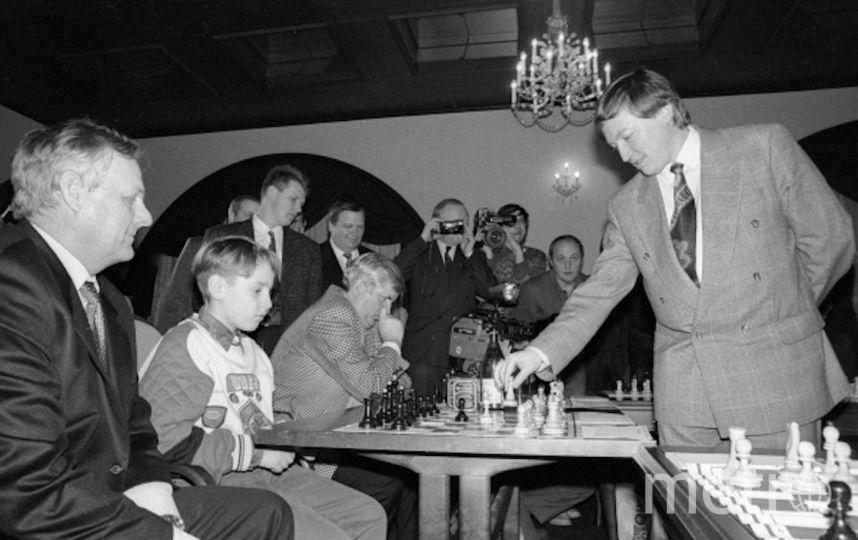 Гроссмейстер Анатолий Карпов (справа) играет в шахматы с мэром Санкт-Петербурга Анатолием Собчаком (слева) и его внуком. Фото РИА Новости