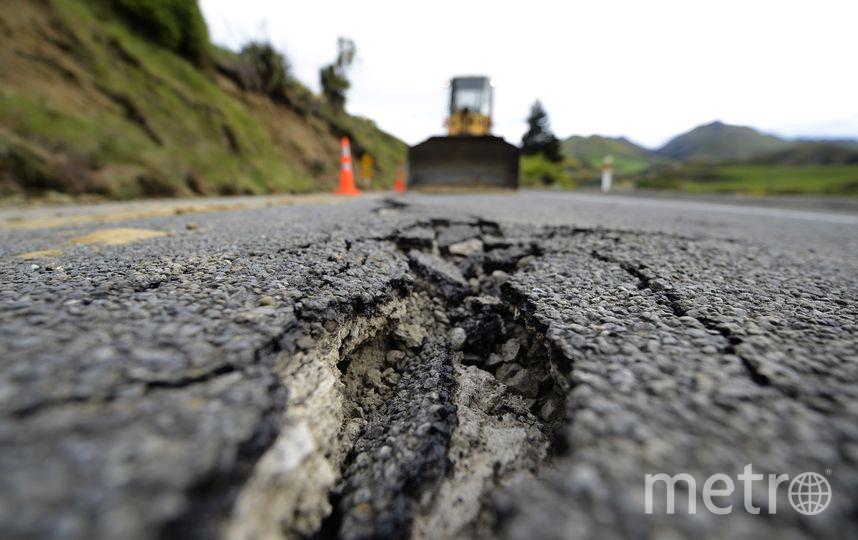 Треснувший в результате землетрясения асфальт. Фото Getty