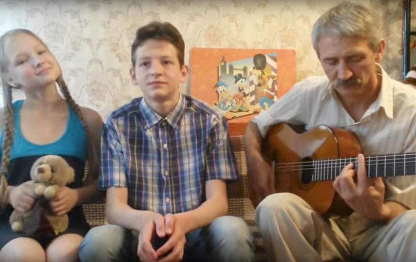 Леонид Чернышёв с детьми. Фото Скриншот Youtube