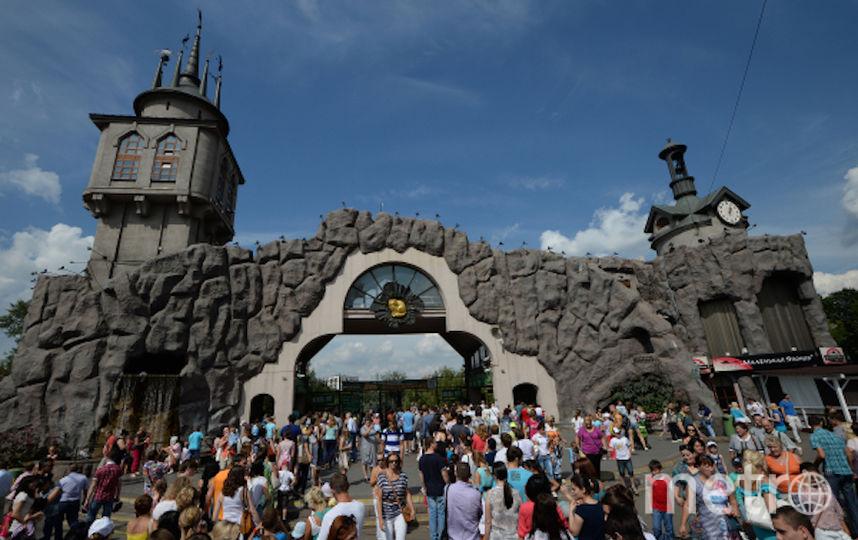 Посетители у центрального входа в московский зоопарк. Фото РИА Новости