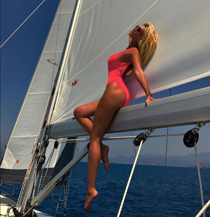 Виктория Лопырёва заинтриговала поклонников новым фото. Фото Скриншот/Instagram: lopyrevavika