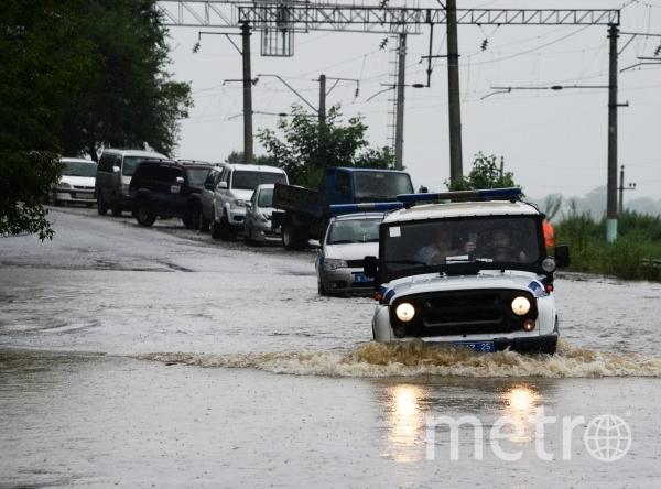 Автомобили на затопленной улице села Раздольное. Уссурийск и шесть сел оказались затопленными в Приморье в результате прошедших ливней. Фото РИА Новости