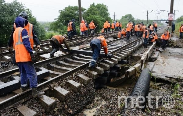 Восстановительные работы на участке разрушенного ливнями железнодорожного полотна на перегоне Раздольное - Кипарисово железнодорожного участка Уссурийск - Владивосток. Фото РИА Новости