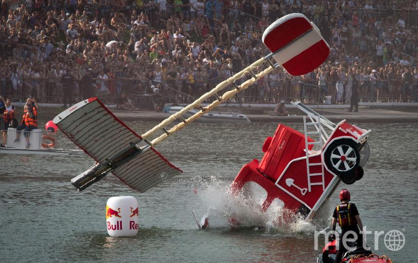 Победителем стала команда «Горячие братья» из Петербурга, запустившая эффектную красную машину. Фото AFP