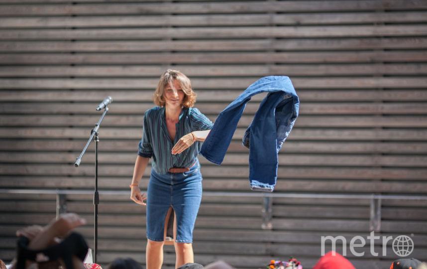 Чем тяжелее вещь, тем дальше она летела со сцены во время «Большого свопа». Фото Алексей Домрачёв.