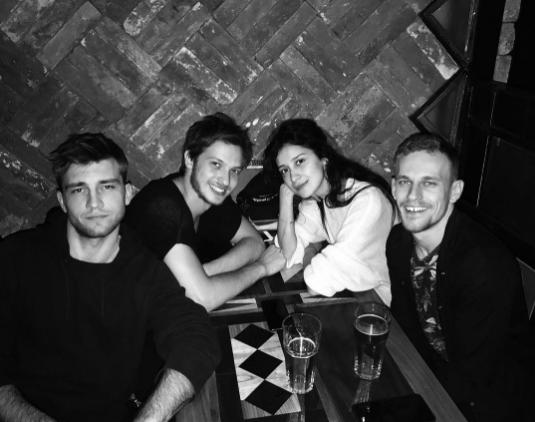 Равшана Куркова со Станиславом Румянцевым (в центре) и друзьями). Фото Instagram Равшаны