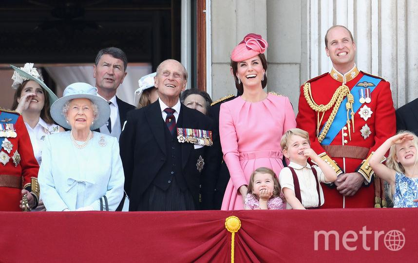 На фото слева направо: принц Эдвард, граф Уэссекский, Камилла, герцогиня Корнуольская, принц Чарльз, принцесса Евгения (дочь принца Эндрю), королева Елизавета, принцесса Беатриса (дочь принца Эндрю), принц Филипп (супруг королевы), принц Гарри, принцесса Шарлотта, Кэтрин, герцогиня Кембриджская, принц Джордж и принц Уильям. Фото Getty