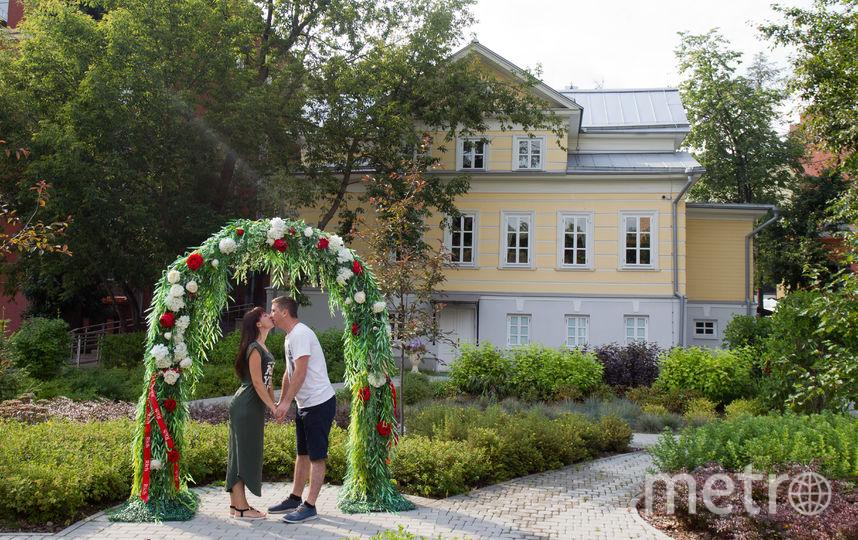 """Александра и Виктор Подобедовы женаты уже два года, но легко изобразили молодожёнов. Фото Василий Кузьмичёнок, """"Metro"""""""