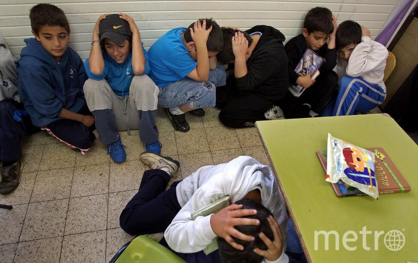 Дети укрываются в комнате, услышав предупреждающую о ракетном обстреле сирену в Израиле. Фото Getty
