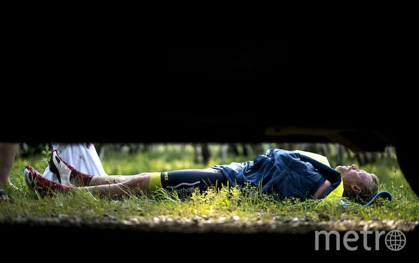 Гонщики спали где придётся. От усталости они засыпали в любой ситуации. У датчанина Петера Сандхольта на этот случай всегда был коврик.
