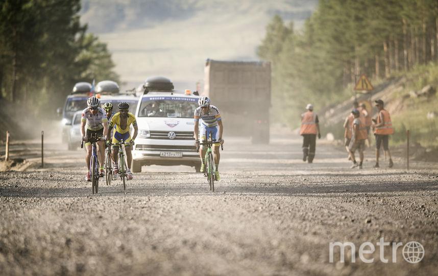 Не везде дорога была гладкой. На дистанции длиной в 9200 км встречались участки, где шёл ремонт дорог, поэтому приходилось ехать по щебню в столбах пыли.
