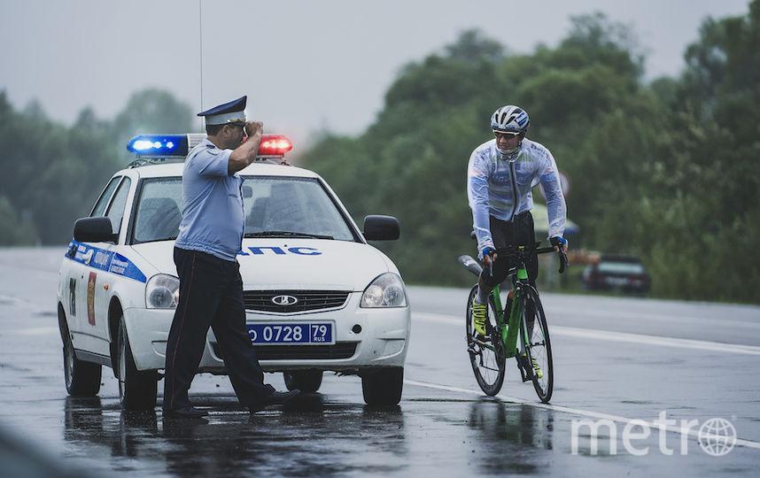 На трассе гонщиков сопровождали сотрудники дорожной полиции.
