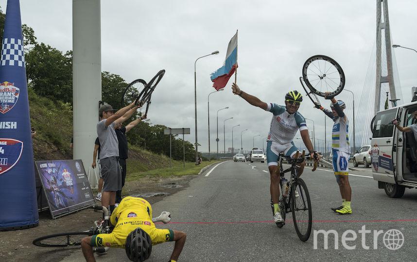 Долгожданный финиш.  В общем зачёте вслед за Щебелиным расположился немец Пьер Бишофф, а бразилец Марсело Соарес (на фото целует землю), который также участвовал второй раз, приехал третьим.