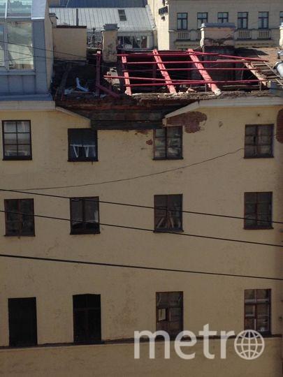 Один из гастарбайтеров сорвался вниз. Фото предоставлены Metro очевидцами