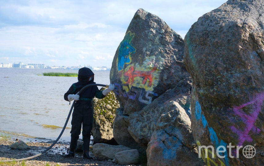 "Осколок постамента Медного всадника очистили от краски. Фото Алёна Бобрович, ""Metro"""