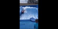 Пловца, потерявшего трусы в бассейне, выручил спасатель: видео