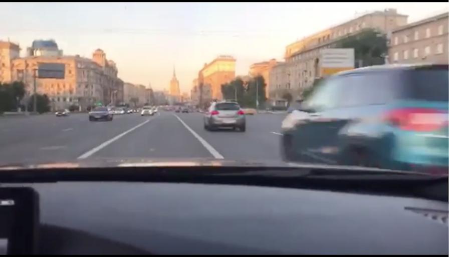 Шофёр БМВ устроил высокоскоростной заезд поКутузовскому проспекту