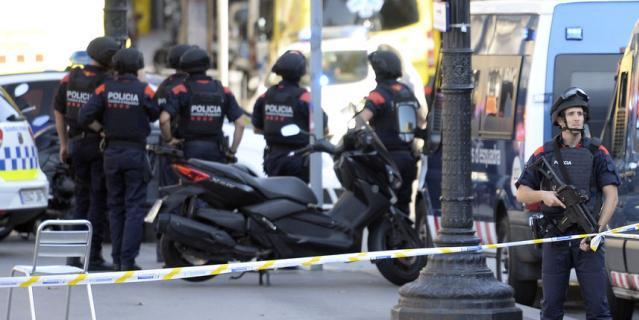В Барселоне микроавтобус наехал на людей: первые фото с места событий