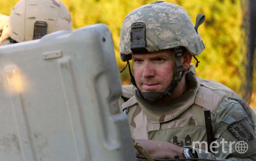 Солдат, управляющий роботом. Фото Getty