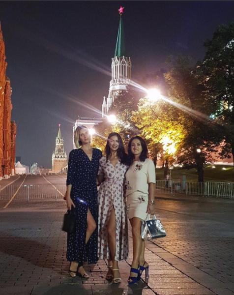 Шейк делает фото в Москве.