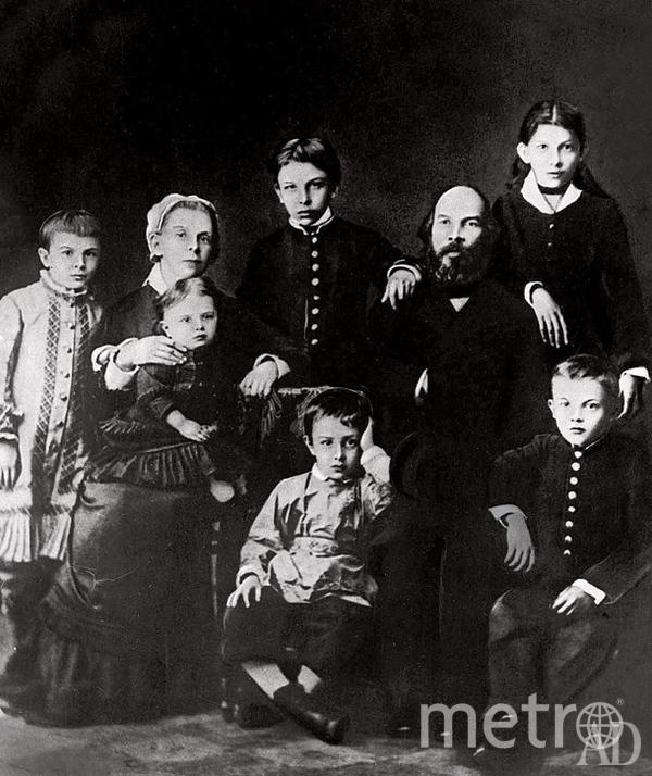 """Семья Ульяновых: (слева направо) Оля, Мария Александровна, Маняша, Саша, Митя, Илья Николаевич, Анна, Володя. Фото """"Metro"""""""
