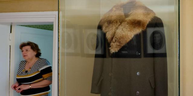 Пальто из английского драпа подбито мехом барсука.