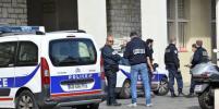 В Марселе автомобиль врезался в две автобусные остановки