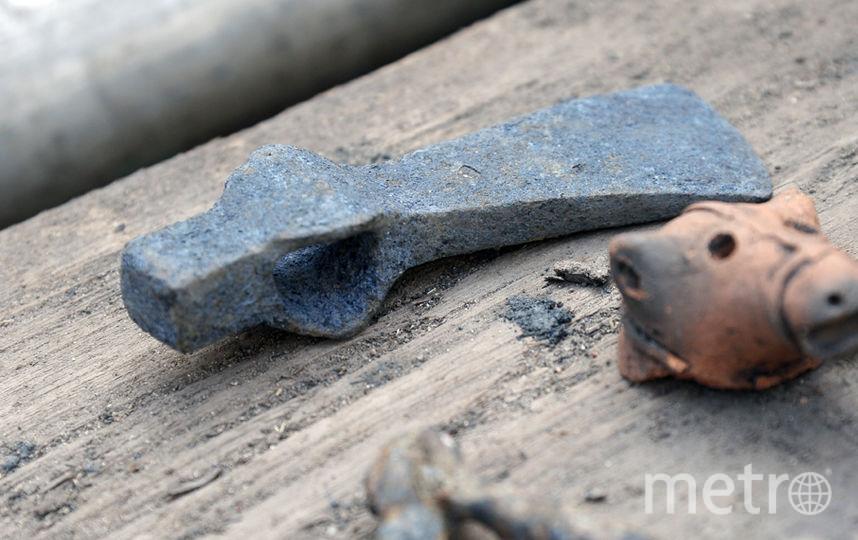 Керамическая игрушка и топорик, найденные при раскопках на Биржевой площади.