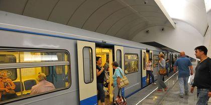Мужчина чудом остался жив после падения под поезд на станции метро
