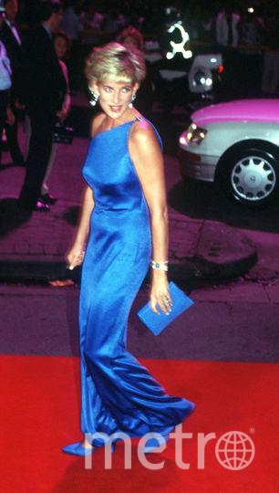 Платье от Версаче (1996 год). Диана демонстрирует, что она следит за модой. Фото Getty