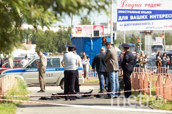 Сотрудники правоохранительных органов работают в центре города Сургута на месте, где неизвестный мужчина напал с ножом на людей и ранил несколько человек. Фото РИА Новости