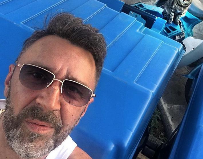 Сергей Шнуров сочинил стихи про бакланов, испортивших крышу стадиона.