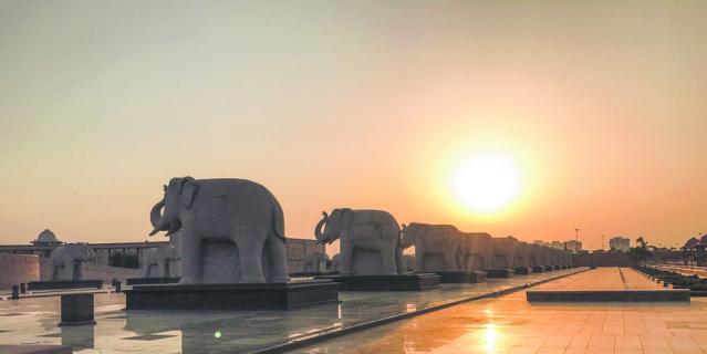 Слоны охраняют индусов. 75 каменных слонов уже стали достопримечательностью города Лакхнау.