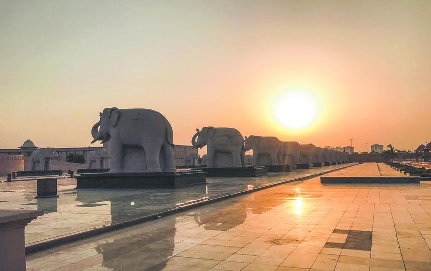 Слоны охраняют индусов. 75 каменных слонов уже стали достопримечательностью города Лакхнау. Фото Анна Сирота