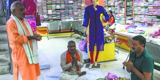 Молиться можно везде. Большинство индусов очень религиозны.