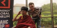 Блогер подарил Далай-ламе ушанку
