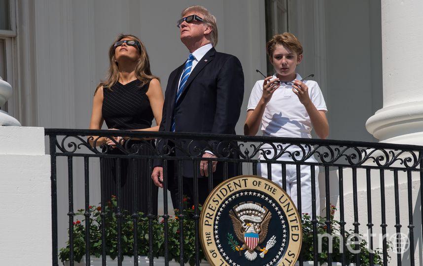 Дональд Трамп наблюдает за солнечным затмением. Фото AFP