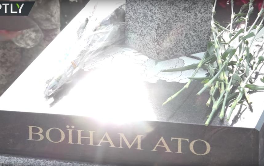 Памятник воинам АТО в Киеве. Фото RT, Скриншот Youtube