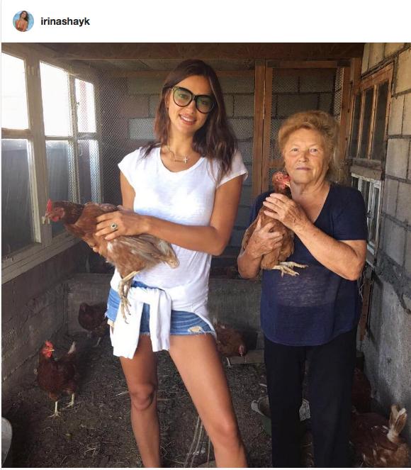 Ирина Шейк с бабушкой на родине, под Челябинском.