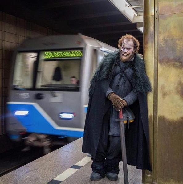 Белые ходоки на станциях московского метро. Фото Instagram catchmomenthi.