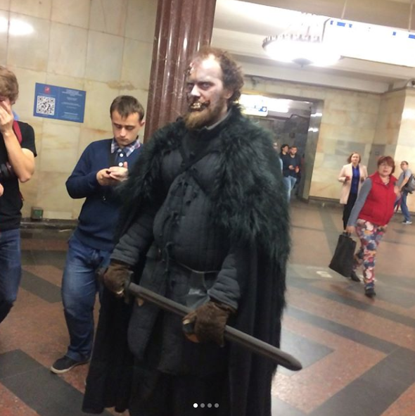 Белые ходоки на станциях московского метро. Фото Instagram tatapresss