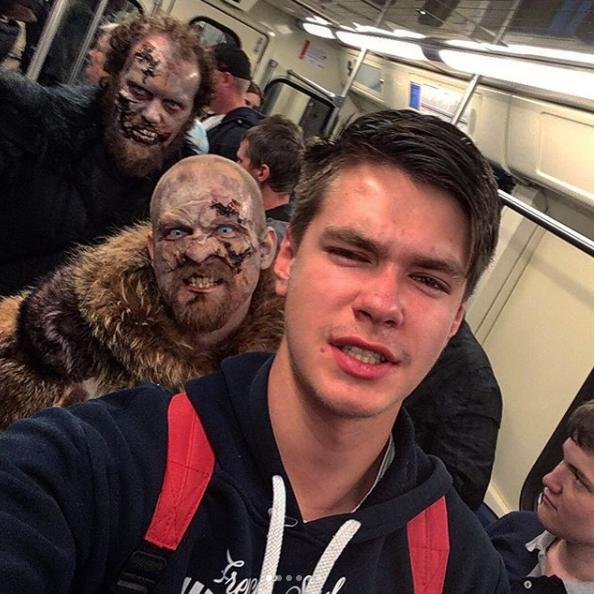 Белые ходоки на станциях московского метро. Фото Instagram pahomka23.