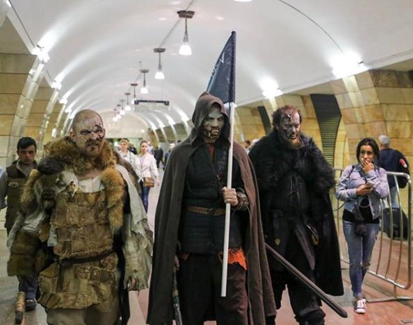 Белые ходоки на станциях московского метро. Фото Instagram airin.b_photo.