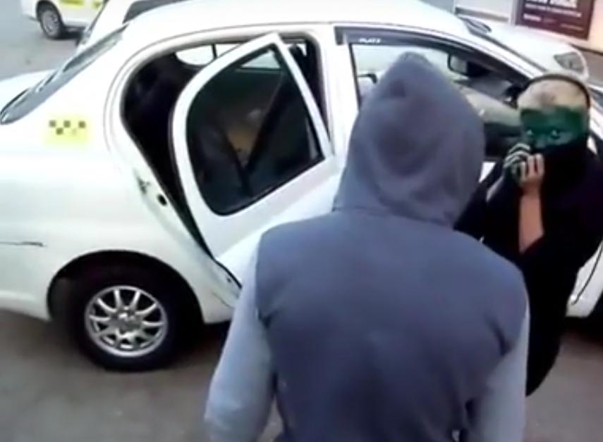 """В Хабаровске таксист заставил """"зайцев"""" в наказание натираться зеленкой."""